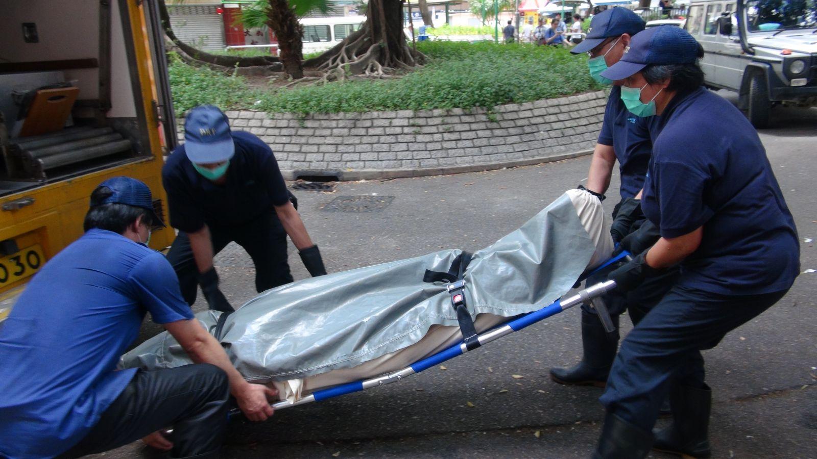 死者遺體送往殮房。
