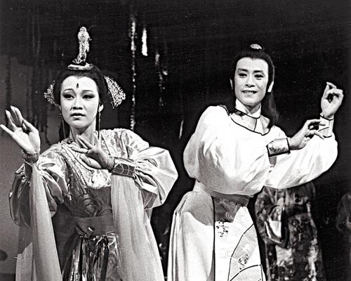 就連同羅文合作舞台劇,都話原先羅文想找汪明荃再合作的。