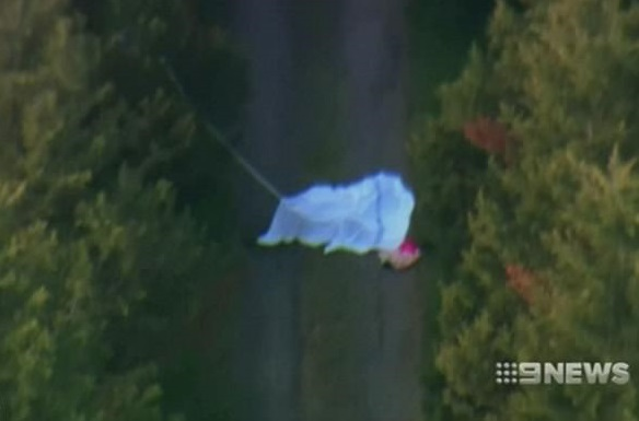 澳洲媒體拍到兩名死者的降落傘曾打開。