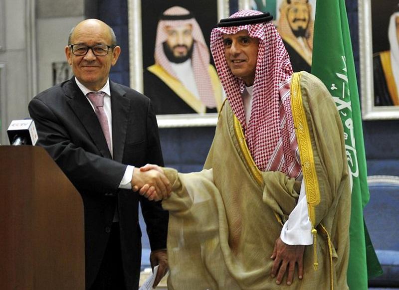 法國外長里德里昂(左)周六抵達卡塔爾進行訪問。美聯社