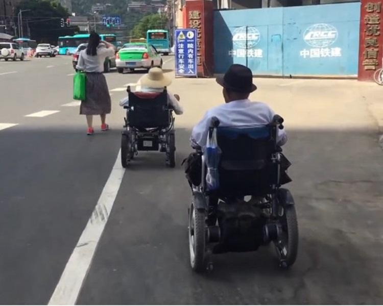 兩人在馬路上一前一後而行。