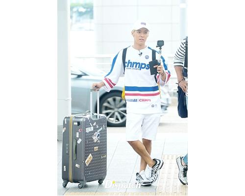 康男為出國拍攝綜藝節目現身仁川機場。