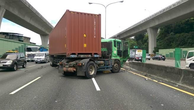 多輛貨車損毀。