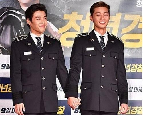 姜河那與朴敘俊手拖手出來宣傳新片。