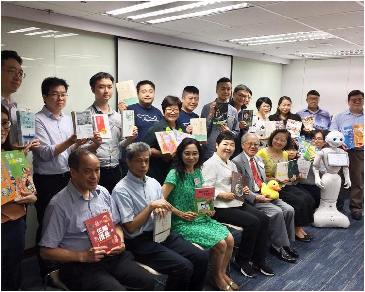 有集團出版多本回顧香港發展的書籍,將讀者拉進歷史回憶。