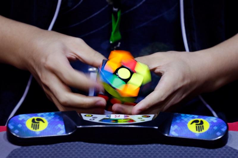 一名參賽者曾以最快的5.477秒破解「3x3x3」扭計骰項目,創下大會紀錄。