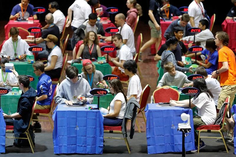 世界扭計骰錦標賽在法國巴黎舉行,過千名參賽者在18個項目爭奪錦標。