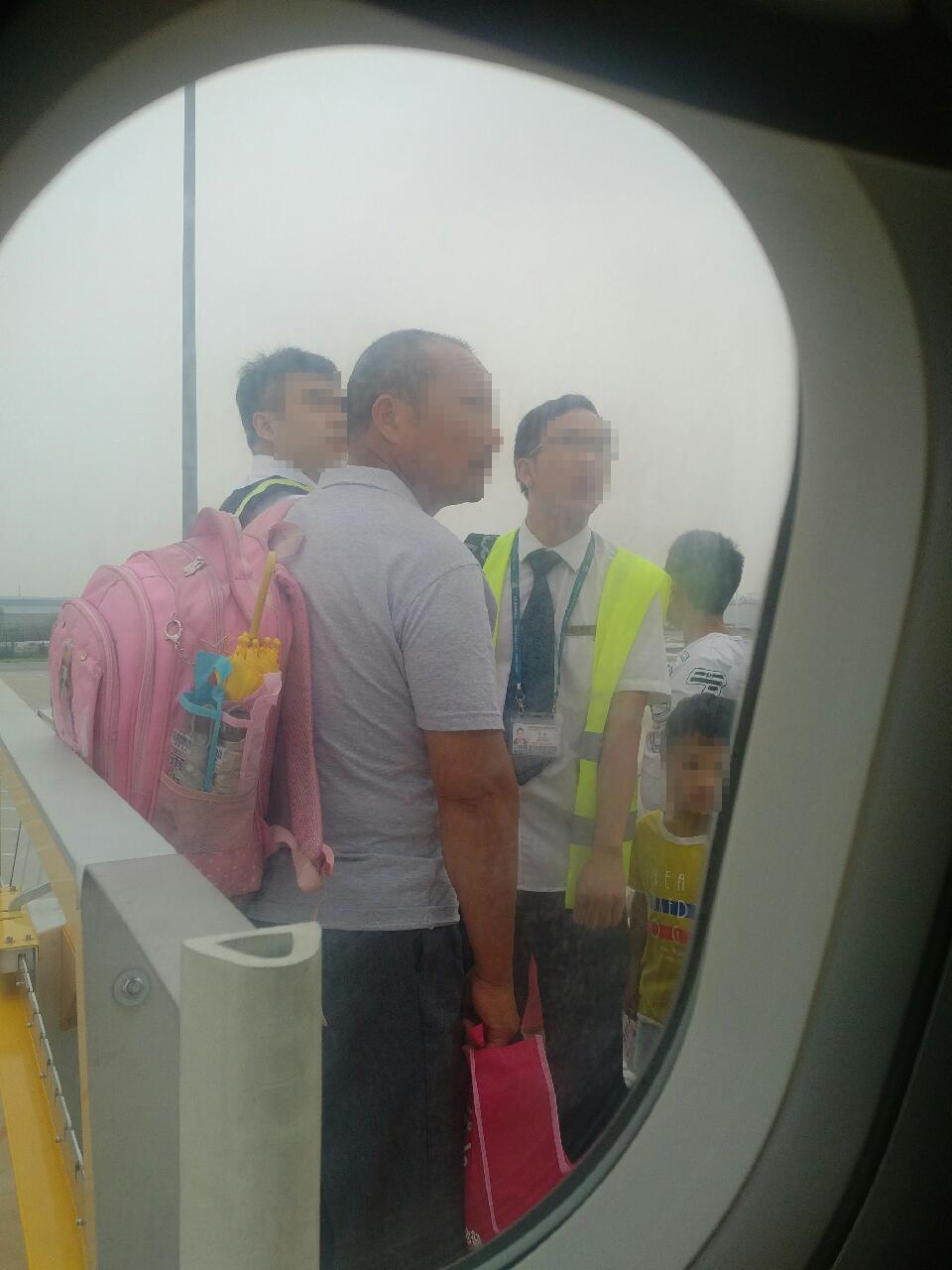 有乘客指,女童同行的成年男子解釋,以為1.2米以下的小孩不用買票,並提出「可以現在補票嗎?」