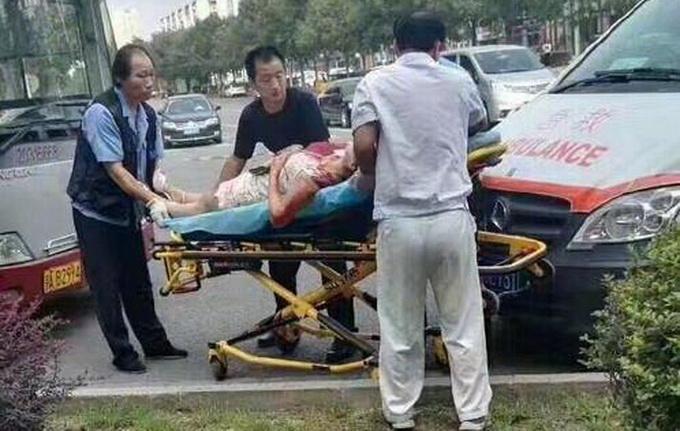 女傷者浴血送院搶救。網上圖片