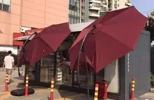 便利店一度以陽傘降溫。網上圖片