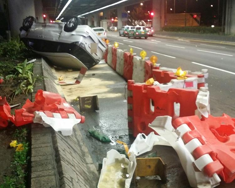 一輛七人車於元朗失控掃毀多個水馬。