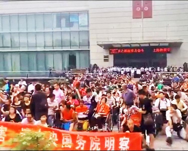 周一有逾萬名善心匯的會員聚集北京請願。資料圖片