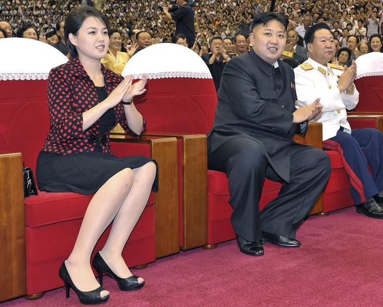 金正恩与夫人李雪主一同出席庆祝活动。资料图片
