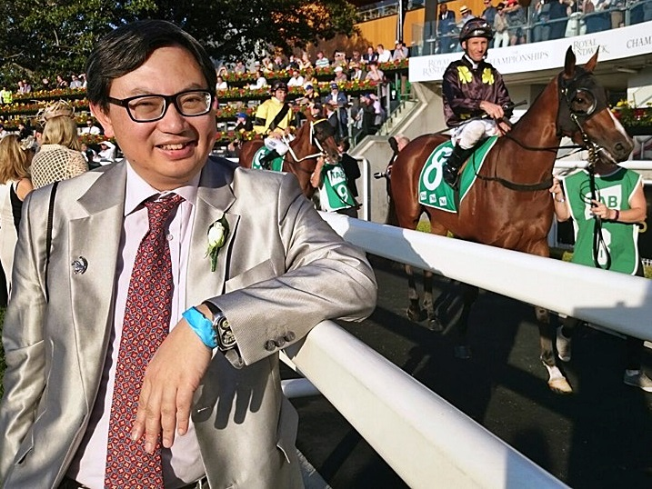 吳嵩熱愛馬匹,成為傳奇評馬人。