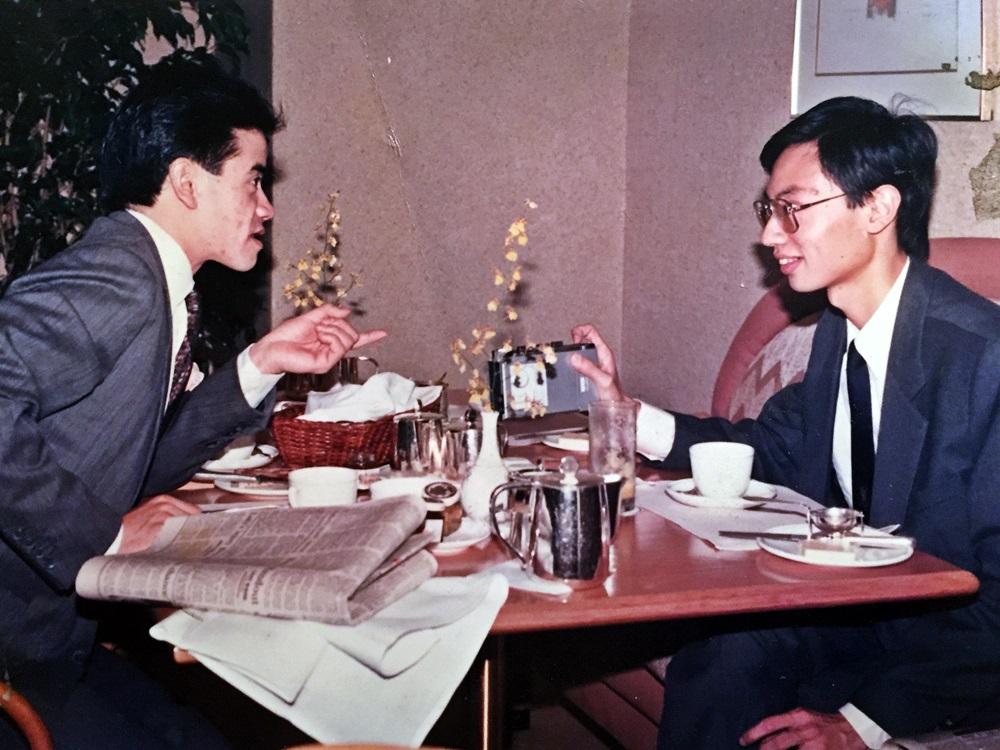 1988年9月,吳嵩(右)代表澳洲版《星島日報》訪問告東尼(左)。