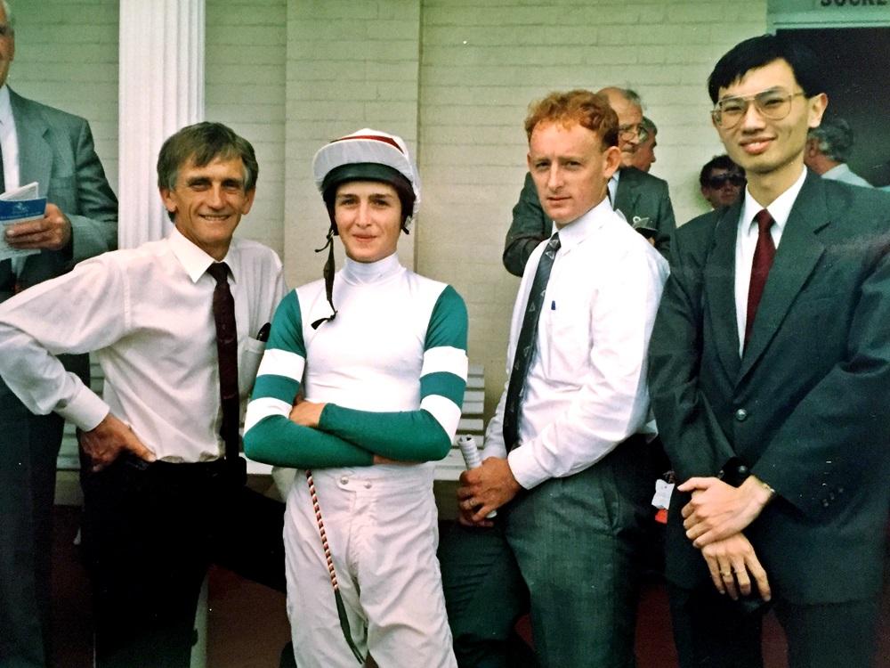 吳嵩(右)首匹名下愛駒在1990年元旦日於澳洲蘭域馬場上陣。