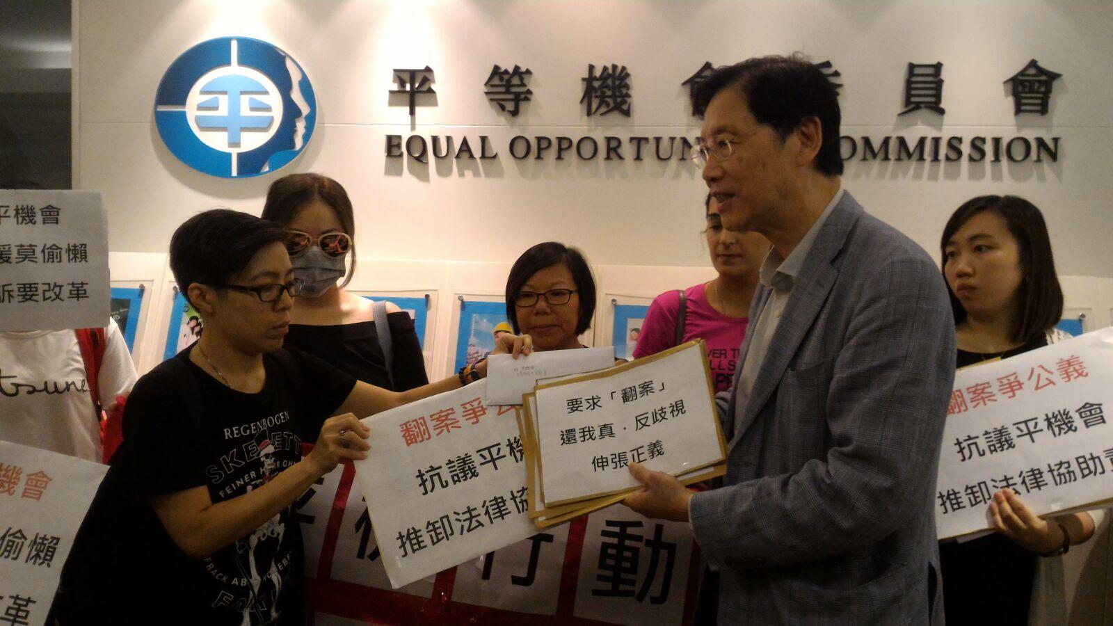 平機行動聯席成員向平機會營運總裁陳奕民遞請願信。