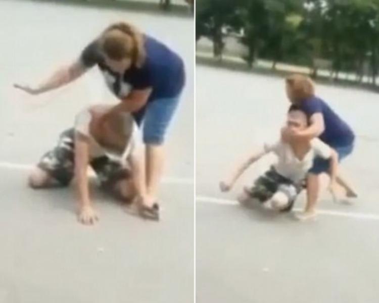俄羅斯一名女子被一名男子偷取手機,因而將其按在地上並掌摑。(網上圖片)