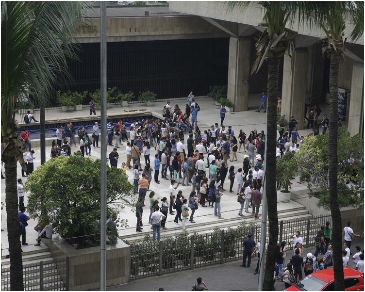 首都馬尼拉有建築物搖晃,民眾緊急疏散。AP
