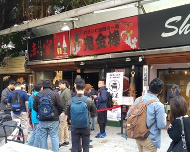 每逢周二,大量顧客在著名拉麵店「勝王」門外排隊。網圖