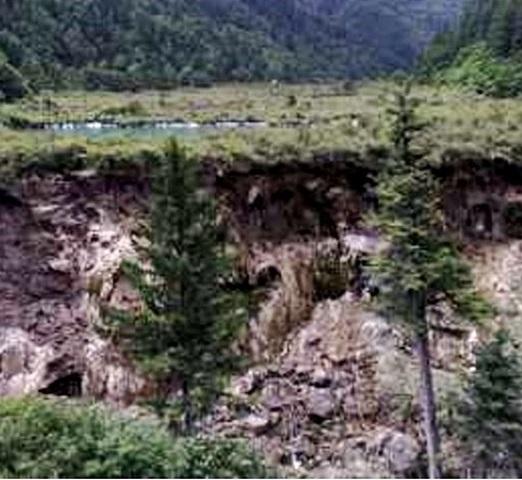 諾日朗瀑布如今只剩一條急流。