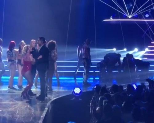 Britney雖有保鑣護駕,但聽到台上有不速之客都嚇到跪一跪。