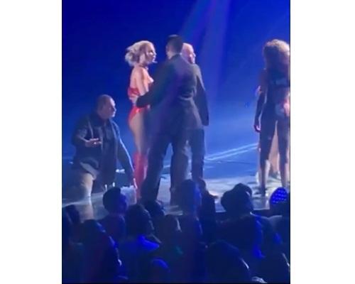 Britney終由保鑣護送返後台,之後才再上台繼續獻唱。
