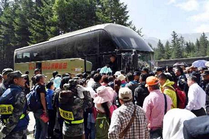 不少遊客離開地震險境後,開始向旅行社「維權」。資料圖片