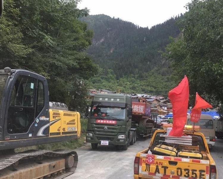 由於道路多處坍塌,車輛行至中途無法通行。