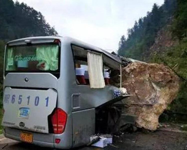 整塊大石嵌入旅巴車身中。網圖