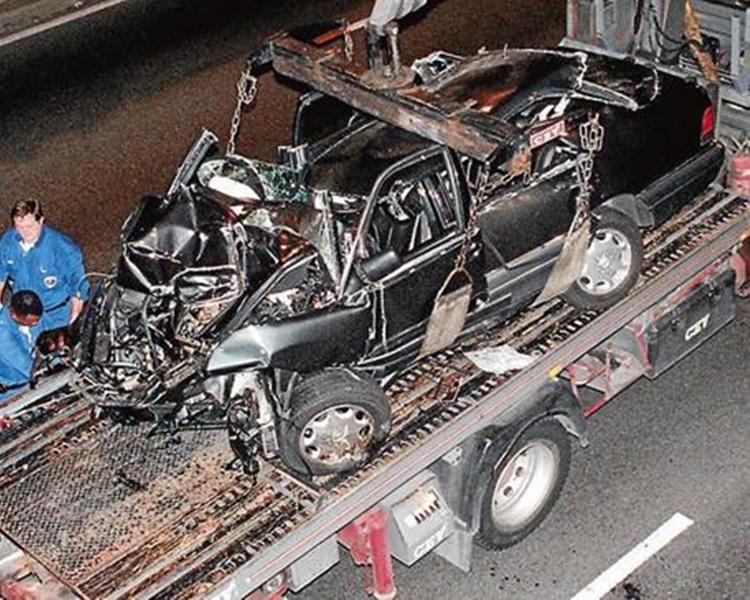 20年前在巴黎車禍身亡時乘坐的平治房車損毀不堪。AP