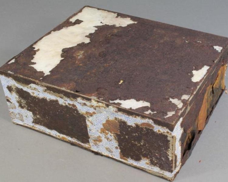 蛋糕放於錫盒內。圖:fb