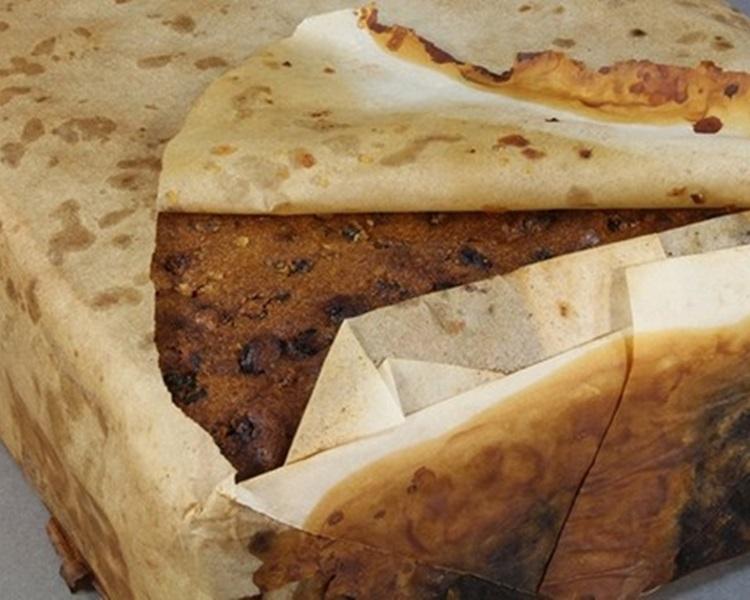 蛋糕先用一層紙包裹後,再放入錫製的盒子中。圖:fb