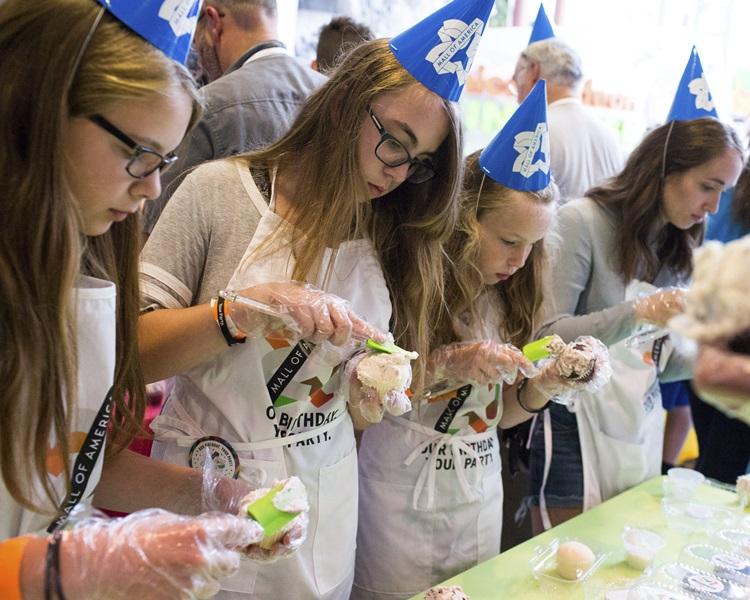 中心舉辦最多人戴生日派對帽及最多人同時裝飾杯子蛋糕的活動。AP
