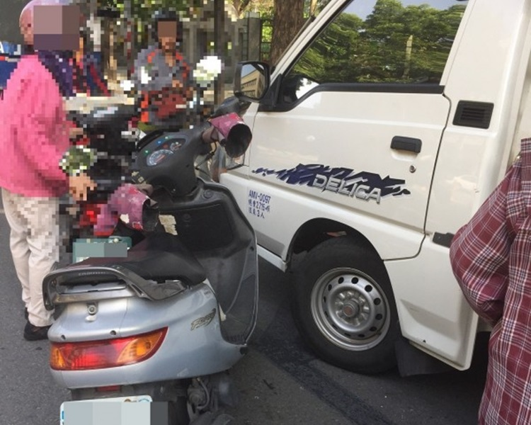 婦人的電單違例併排停車。