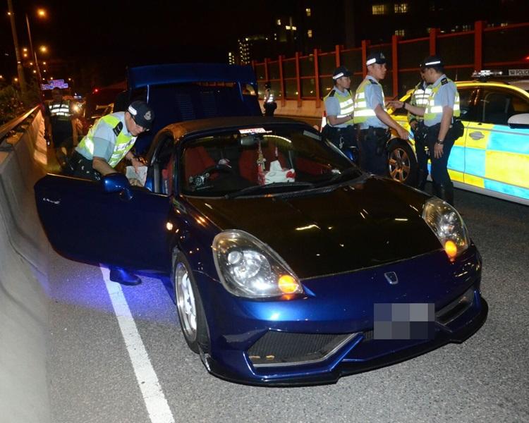 警方截獲多輛私家車。蔡楚輝攝