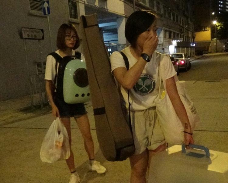 兩名女子獲准入返回單位漏夜帶走物品。蔡楚輝攝