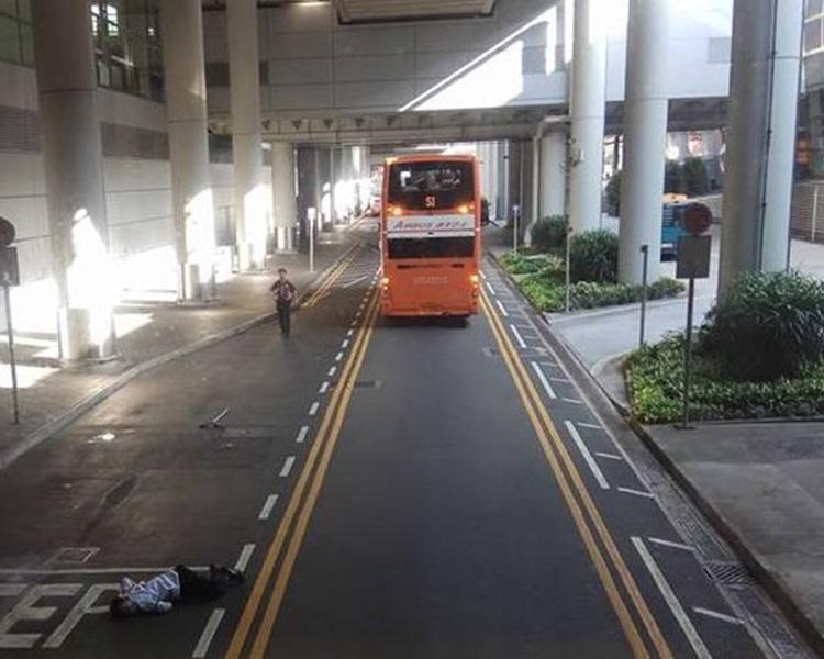 男子被撞後昏迷地上,巴士司機趕往查看。圖:網民Kaisan Yoo