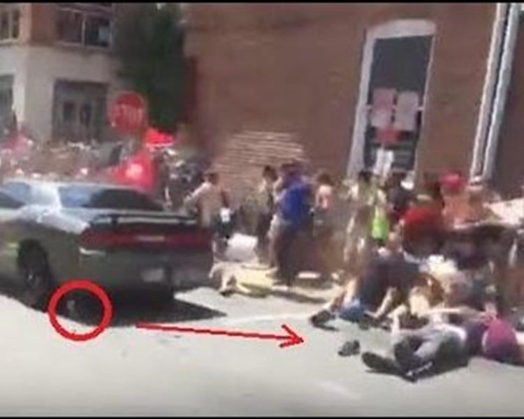 私家車將多人撞倒。網圖