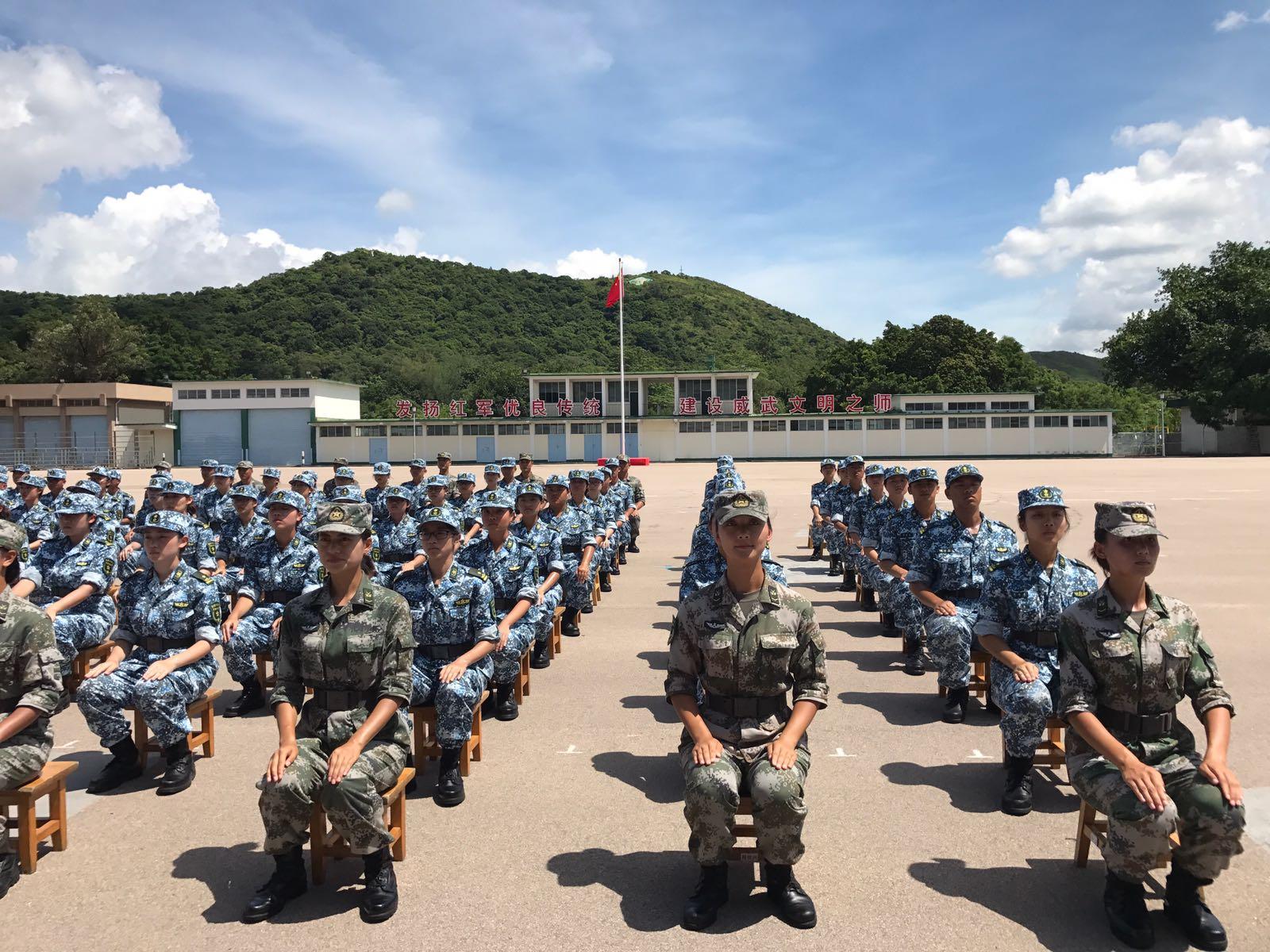 參與的學生在解放軍駐港部隊新圍軍營,接受步操等的軍事訓練。