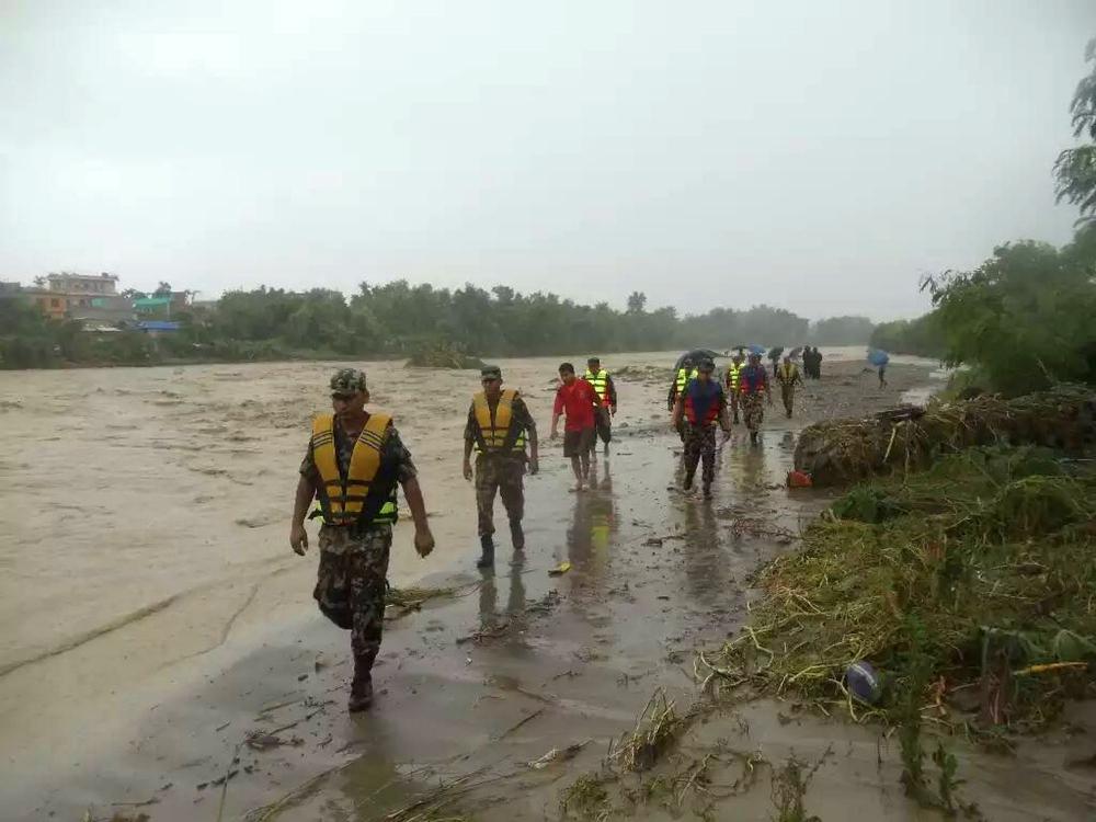 救援人員進行拯救。新華社