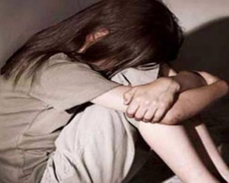 女兒怕兩名妹妹遭害向媽媽揭發爸爸的惡行。配圖與本文無關