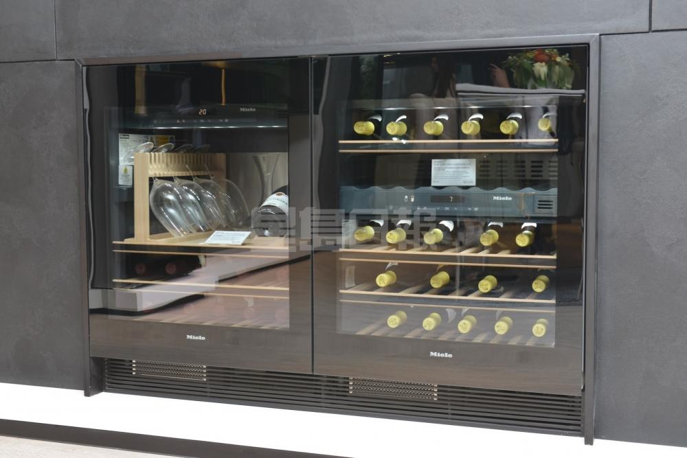 恒溫酒櫃提供不同獨立溫區,可同時間分類貯放多達3種不同類型的美酒,加上SommelierSet侍酒師套件,透過冷凍玻璃杯品嚐香檳和白葡萄酒,即使在開封後也能保證美酒的完美品質。