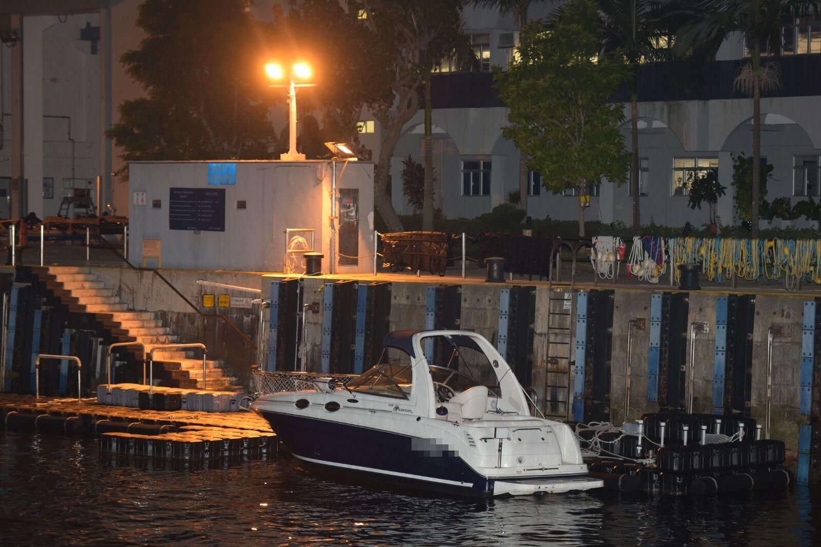 涉事快艇被拖返水警基地扣查。黃文威攝