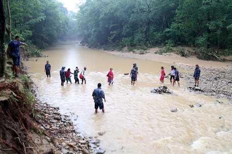 雨季在尼泊爾和印度引發洪水和山泥傾瀉。新華社