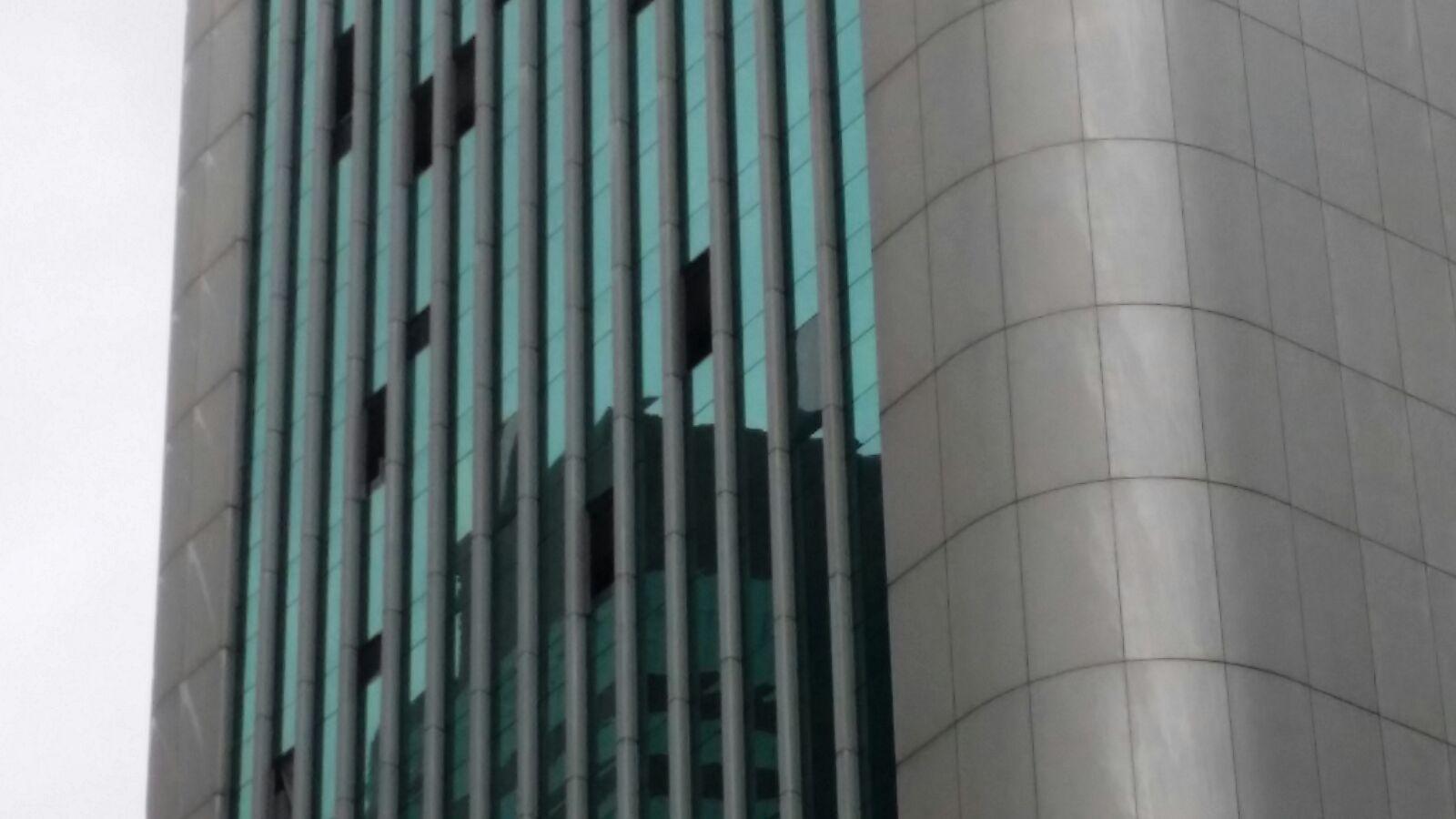 中環恒生銀行總行的玻璃幕牆破裂。