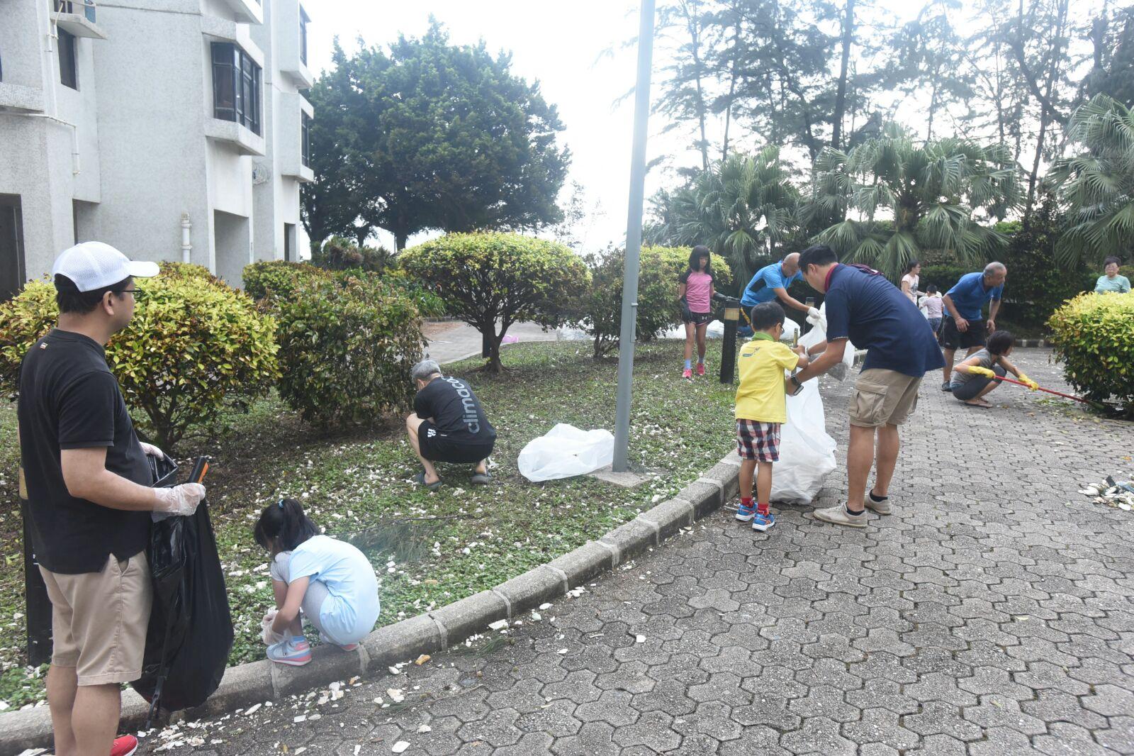 居民協助清理垃圾。徐裕民攝