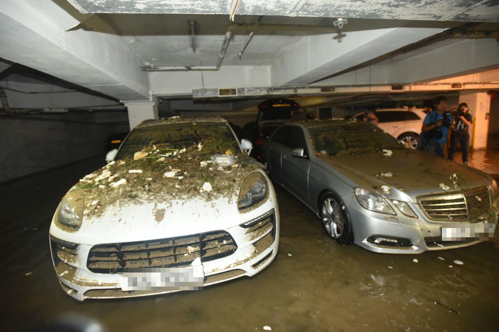 保時捷(左)車身布滿泥濘。徐裕民攝