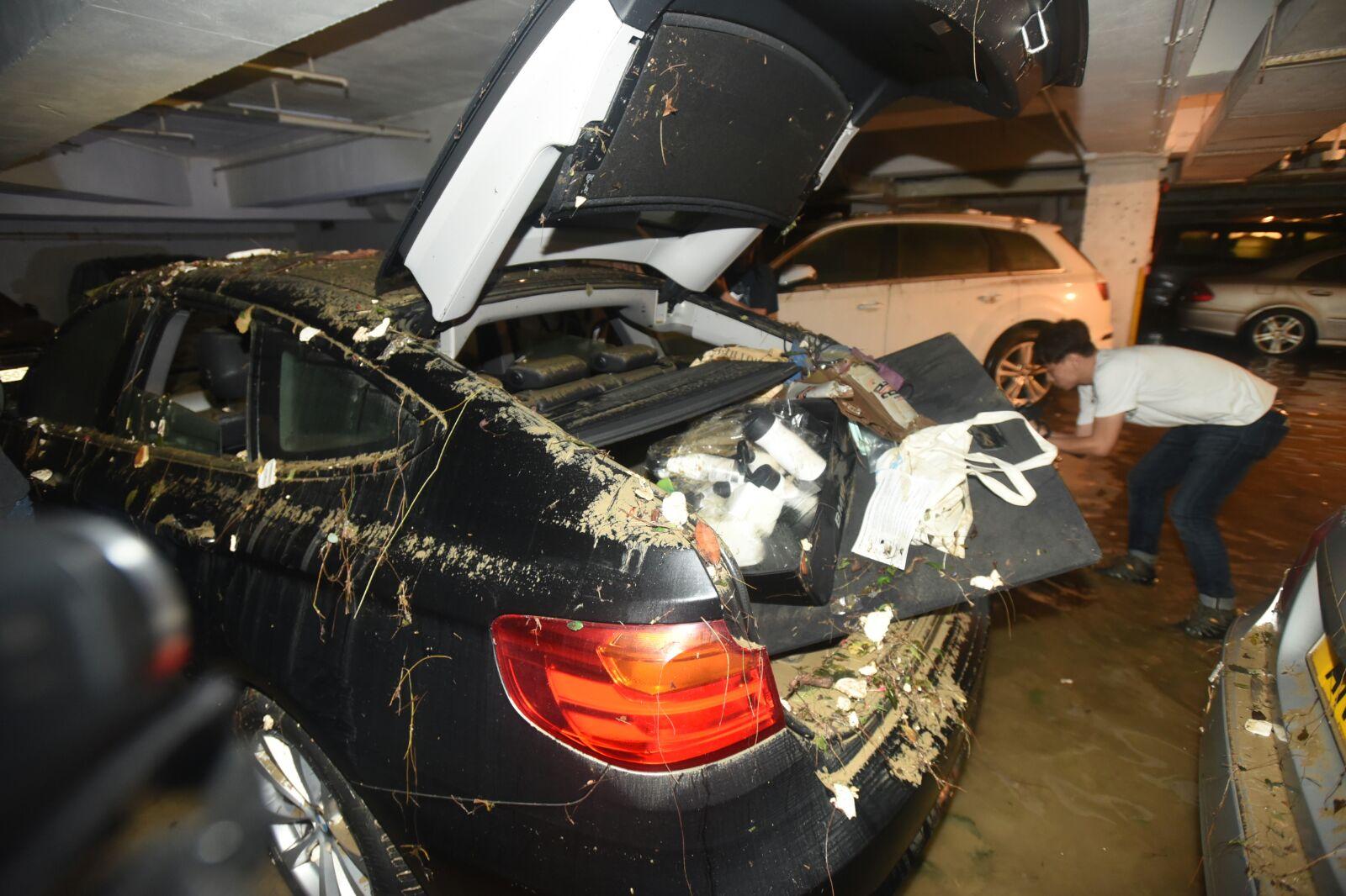 私家車內外均被浸毀。徐裕民攝