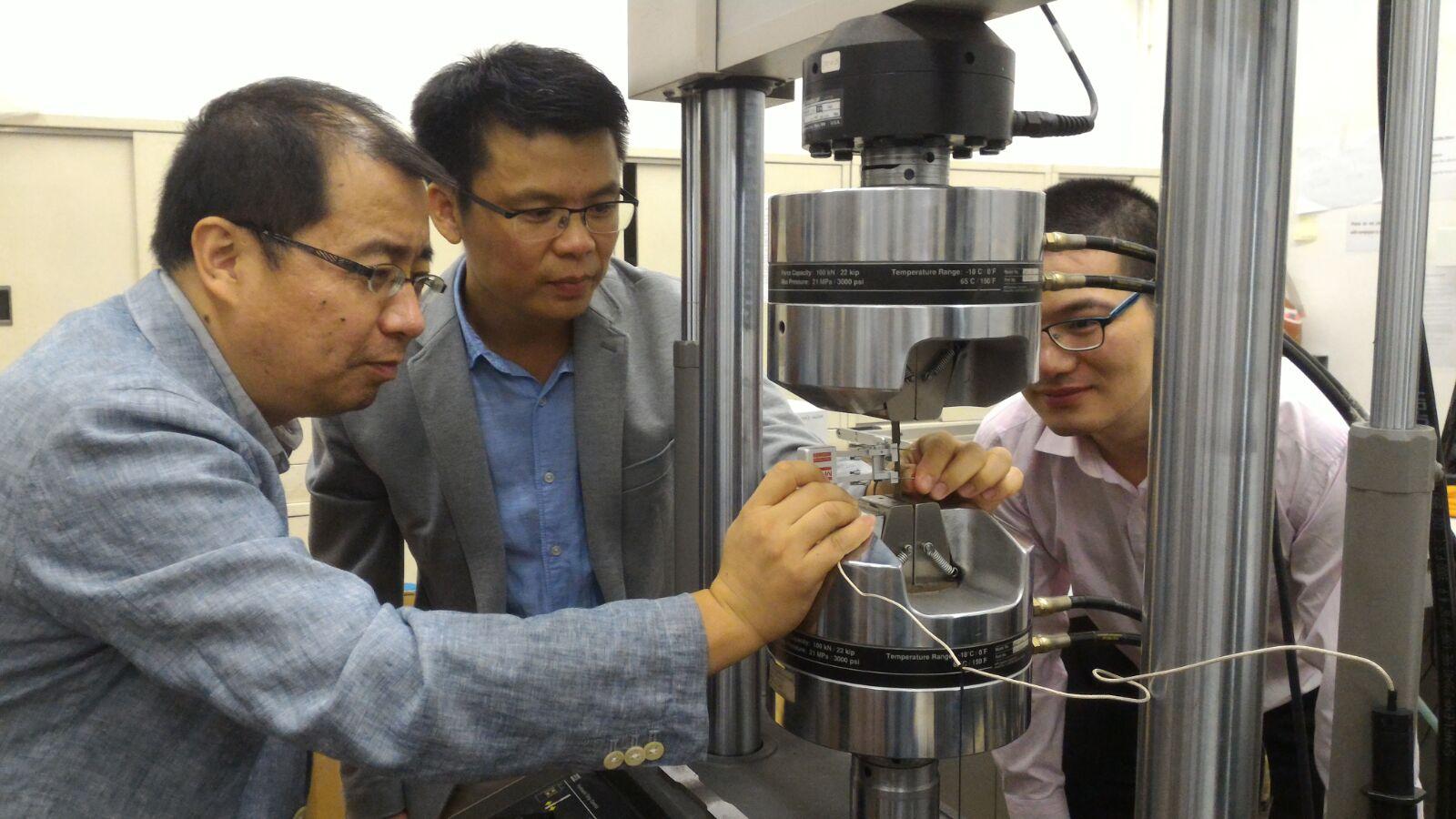 科研團隊人員使用機器測試「超級鋼」的延展性及強度。